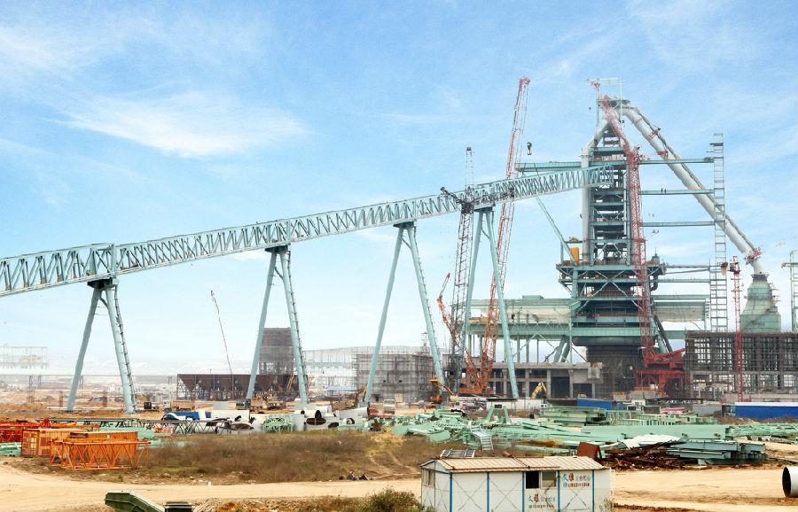 4000吨米塔吊、750吨大型吊车、3个多小时吊装、72.65米就位高度 这是湛江钢铁工程中吊装高度最高、单体重量最重、跨度最大的钢结构部件。宝钢湛江钢铁1号高炉主皮带通廊最后一节成功吊装完成,标志着高炉原料输送系统与高炉炉顶装入实现了通廊全面连通。