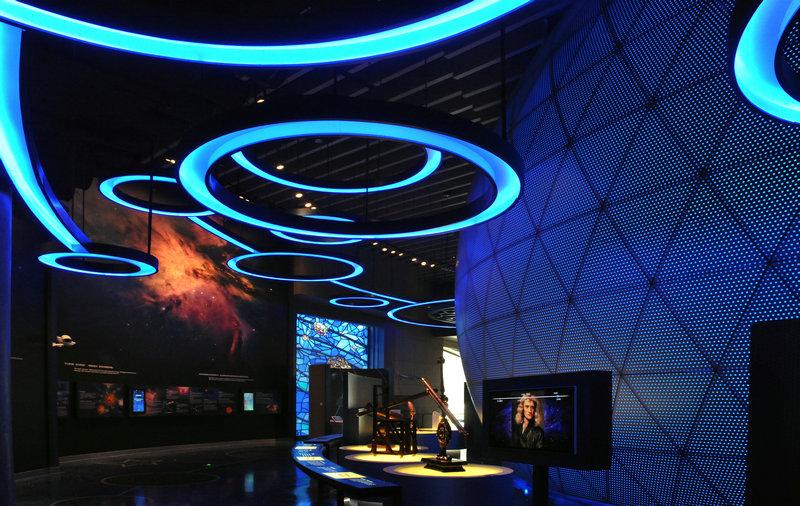 上海自然博物馆新馆的总建筑面积45086平方米。其中,地上三层,高18米;地下两层,深15米。建筑的整体灵感来源于鹦鹉螺的壳体形式,这一简单而又经典的生物形式在地球上已持续存在几百万年,寓意着博物馆人管理自然遗产、守护地球家园的神圣使命。  新馆的铺地和外墙表面由多方向的石头图案组成,使人联想到地球的地质构造层。岛状植物组群起伏分散其间,被喻为上海自然博物馆新馆的原始森林。新馆建筑符合《公共建筑节能设计标准》,将成为上海市节能建筑示范项目。
