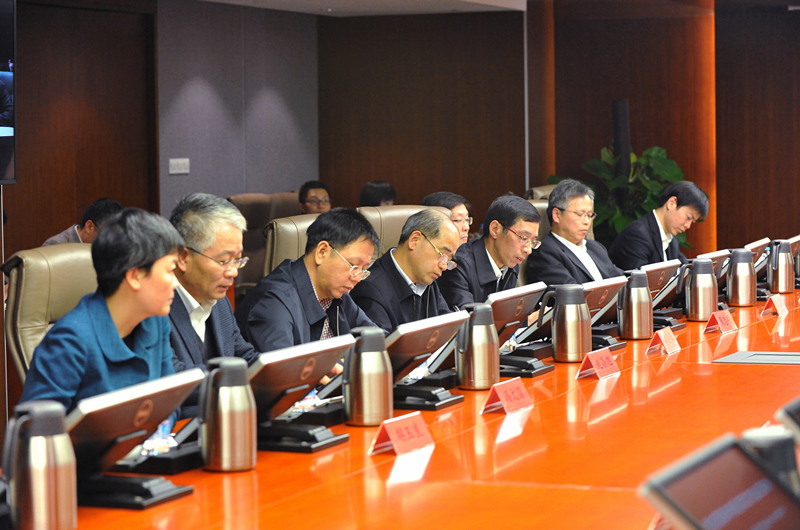 会上,党委中心组成员结合自身工作,交流了学习中央经济工作会议精神和两个党内制度的体会。他们认为,中央经济工作会议精神关于深化国资国企改革、探索中央企业集团层面的股权多元化的有关论述,为中国宝武集团下一步深化改革进一步指明了方向。中国宝武集团要按照中央经济工作会议部署,抓住供给侧结构性改革这条主线,抓好三去一降一补、瘦身健体、去僵尸企业等工作,不仅要完成国务院国资委下达的目标任务,还要通过瘦身健体,提质增效,将有限的资源投入需要发展的新产业,形成新的竞争力。在谈到对两个党内制度的学习体会时,党委中心组成